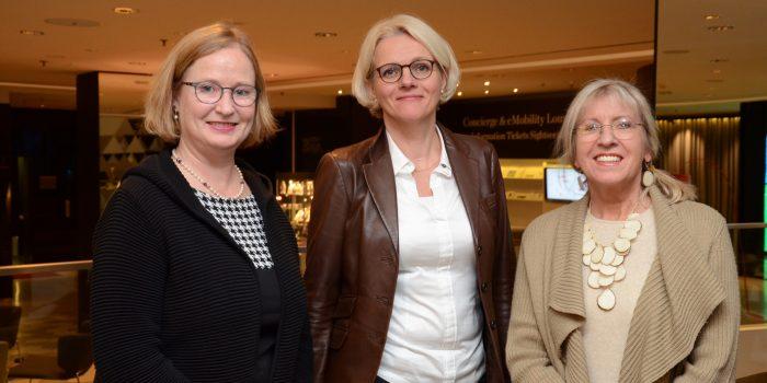Katharina Lohmann, Geschäftsführerin IGA Berlin 2017, Regine Günther, Berliner Senatorin Für Umwelt, Verkehr Und Klimaschutz, Und Elke Bitterhof, Journalistin (v.l.) Foto: © Gero Schreier