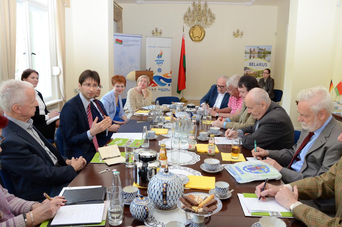 Denis Sidorenko, Botschafter Der Republik Belarus (3.v.l./Foto: Gero Schreier), Im Gespräch Mit Journalisten Beim TourismusDialog.Berlin