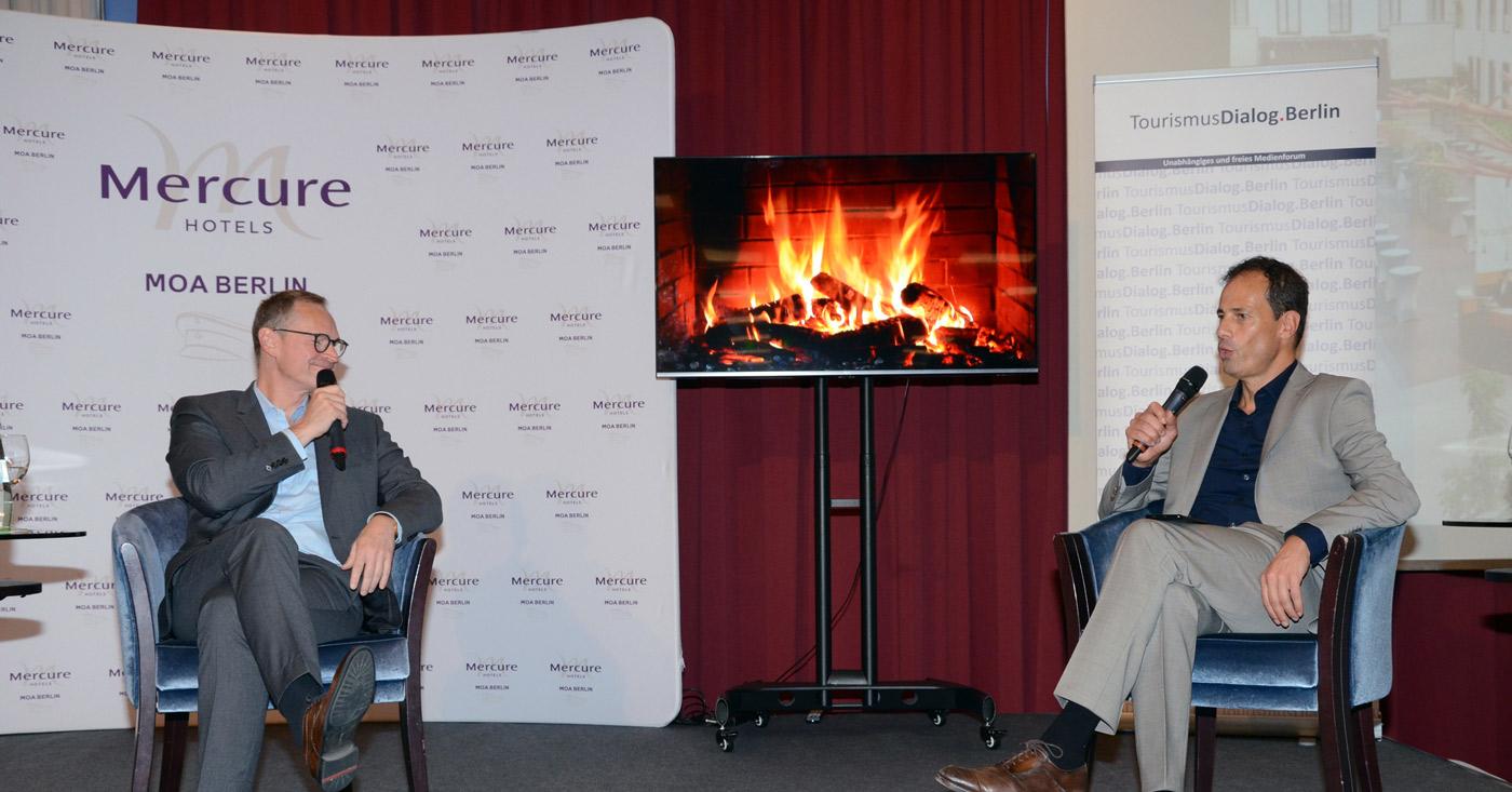 Michael Müller, Regierender Bürgermeister Von Berlin (links), Und Moderator Jan Lerch Beim Kamingespräch Im Mercure Hotel MOA Berlin (Foto: Gero Schreier)